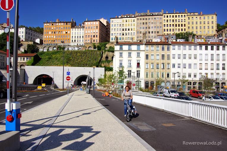 Wjazd do tunelu rowerowego - czas przejazdu ok 8 minut.