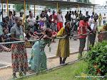 Des membres de familles de trois joueurs du Daring Club Motema Pembe décédés, lors de la sortie des corps le 03/04/2013 de la morgue de la clinique Nganiema à Kinshasa. Radio Okapi/Ph. John Bompengo