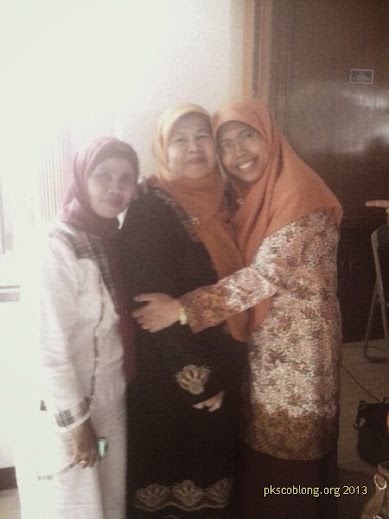 Ibu Siti Muntamah berfoto bersama salah satu tokoh Coblong
