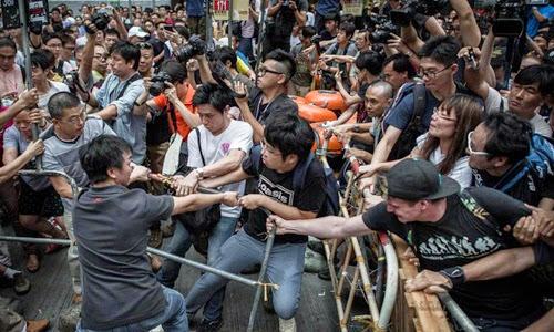 Xung đột giữa phe biểu tình đòi dân chủ và phe phản đối biểu tình nổ ra hôm qua tại quận Mongkok, Hong Kong. Ảnh: AFP