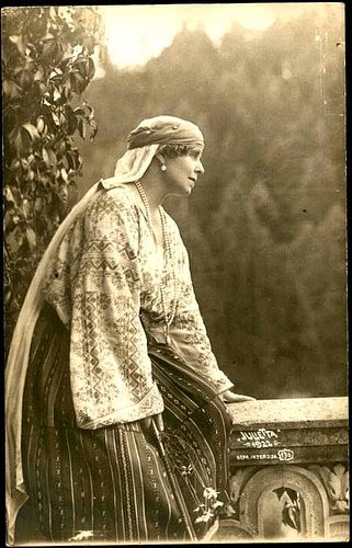 Regina Maria a României în costum popular - Queen Marie of Romania dressed in traditional costume