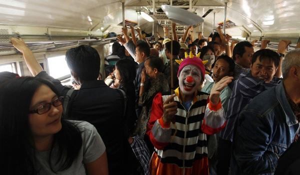 Badut Kereta Komuter Jakarta Bogor