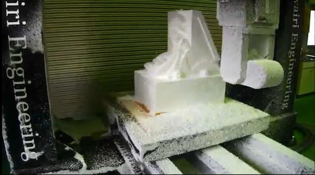 【動画】初音ミクの巨大なフィギュアを本職の人が機械に全自動で作っちゃった動画がすごい