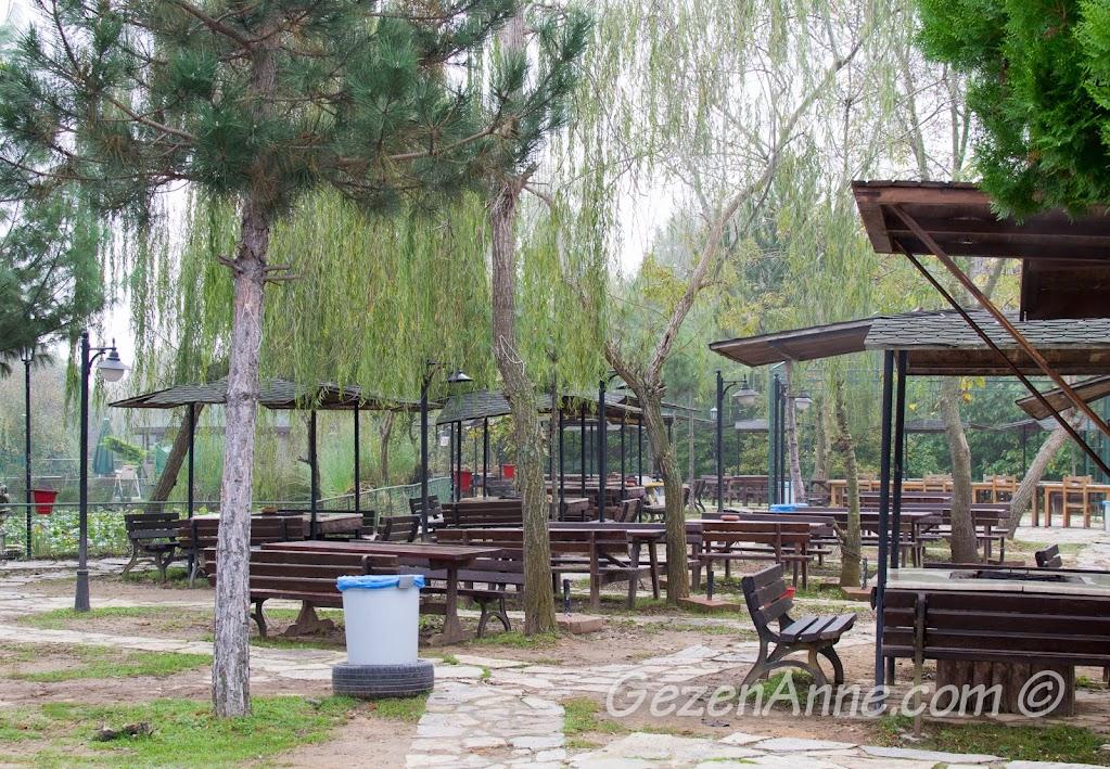 Polonezköy Piknik Park'ta mangal masaları