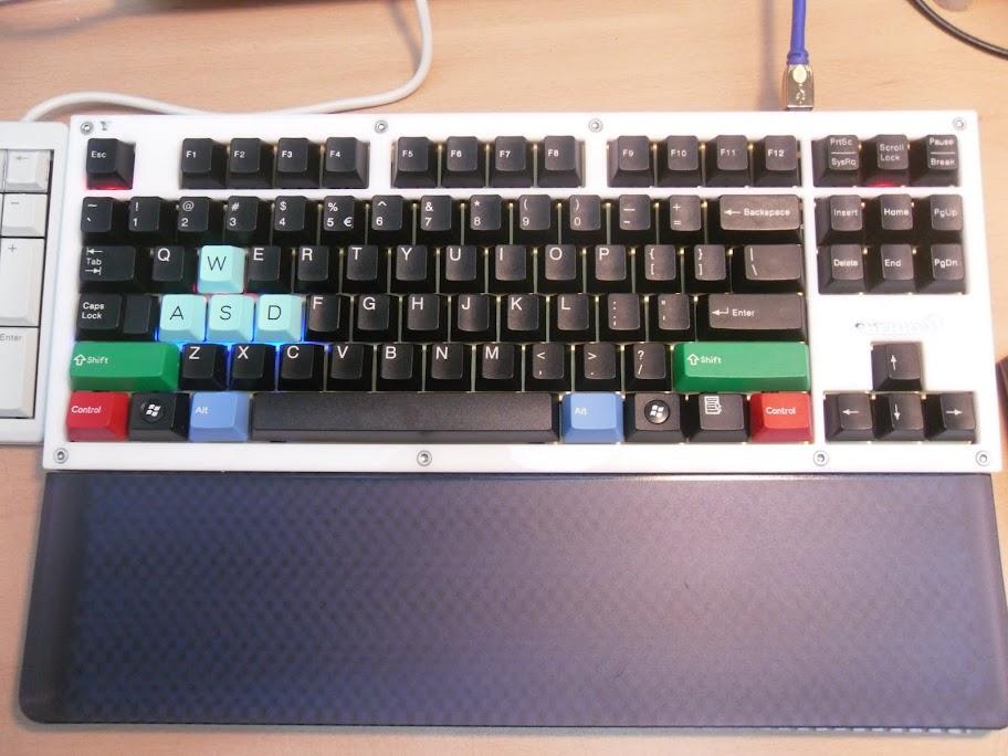 Photo : KBDMania - KMAC with POM and RGB keycaps