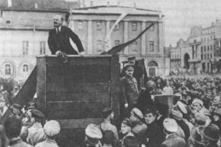 Lenin pronunciando un discurso