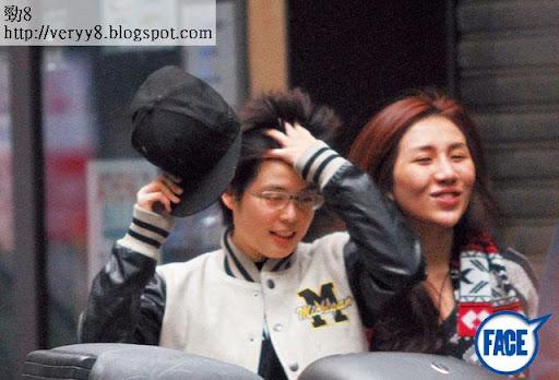12/1 <br><br>上週六( 12日),林愛兒刻意戴上帽和眼鏡,跟何超盈孖住行街,兩人全程笑笑口好鬼 sweet。