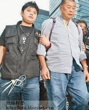 黎智英(右)被捕後壹傳媒股價再三下跌,終須「裸辭」止血。