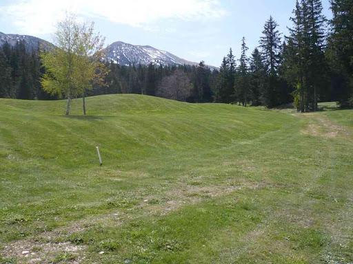 Longeant le golf au-dessus de Corrençon