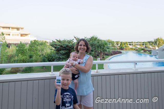 deluxe odamızın geniş balkonunda hatıra fotoğrafı çektirirken, Hilton Dalaman Sarıgerme