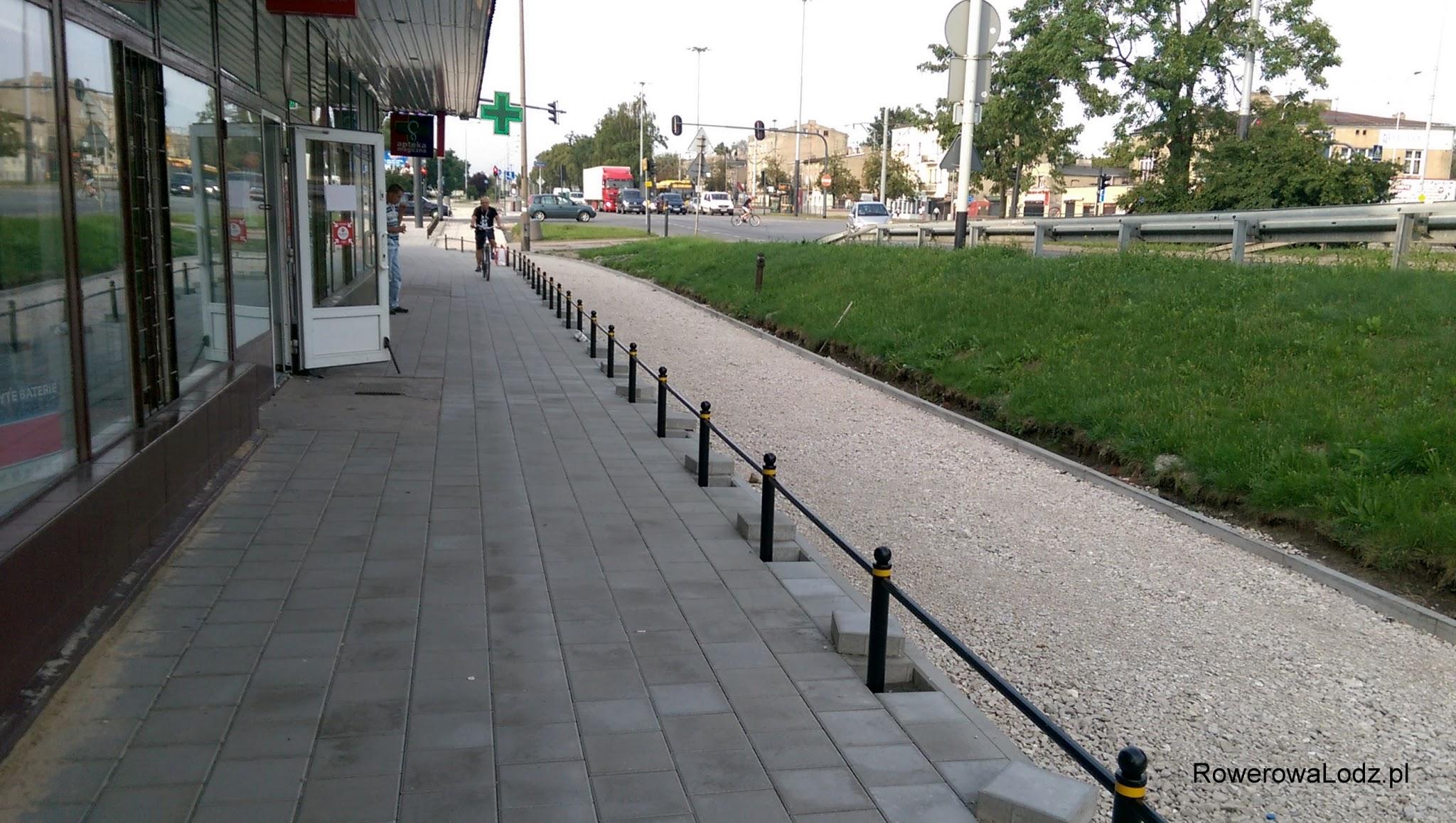 Że dla rowerzysty chcącego dostać się do punktów usługowych po lewej, będzie barierą, której można było uniknąć.