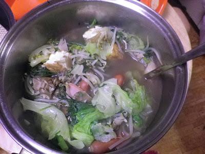 [男の料理] 鍋じゃ鍋じゃ。ポトフじゃ。コンソメだかブイヨンだかを入れときゃできるんだろ。