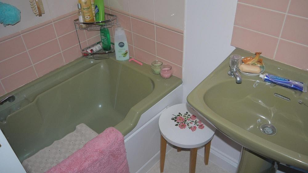 Inside the wendy house what you never see in coronation for Avocado green bathroom ideas