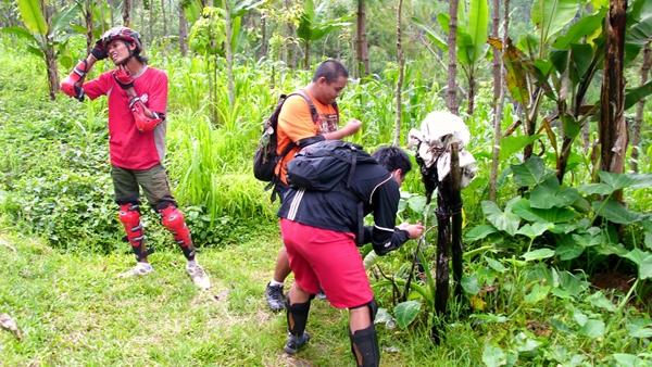 Setelah melewati Gapura Wana Wisata Kraton Gunung Kawi, kami menemukan sebuah aliran air yang berasal dari tanah. Beberapa kawan ada yang minum dan mencuci wajahnya disini.