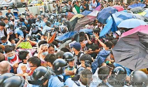 警方和示威人士多次對峙,其中後者多次以「傘陣」應對警方發放的胡椒噴霧。(陳章存攝)