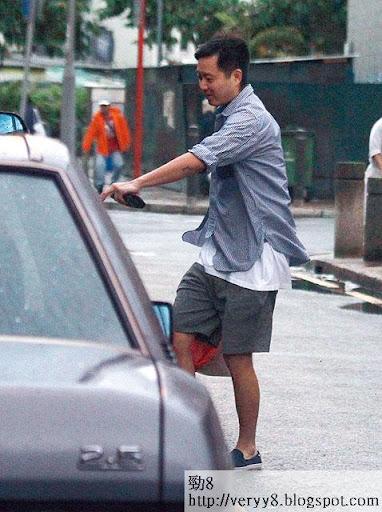 等咗半個鐘, Andy買咗兩大袋海鮮,急急腳上保母車。落雨天濕咗身, Andy凸咗個腩仔,要減減嘞!話曬就快做新郎嘛。