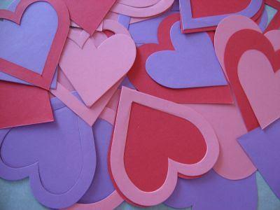 вырежьте из картона сердца