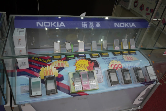 Nokia display case with non-Nokia phones