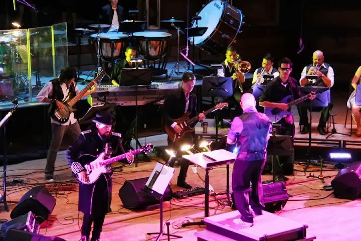 Bajo la batuta del joven director Daniel Hurtado, esta agrupación engloba en su repertorio sub géneros del rock