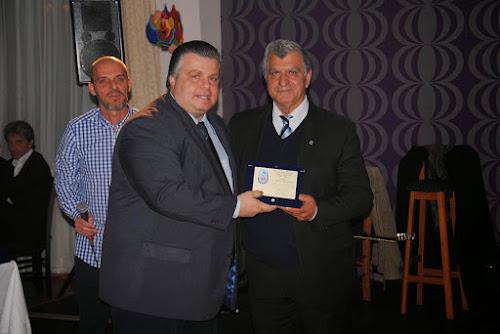 Ο δήμαρχος Μεσολογγίου Ν. Καραπαπνου βραβεύει τον Τάκη Μαντζουράτο