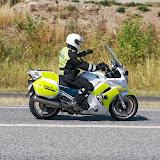 Motorcykel betjen, der holder trafikken tilbage.