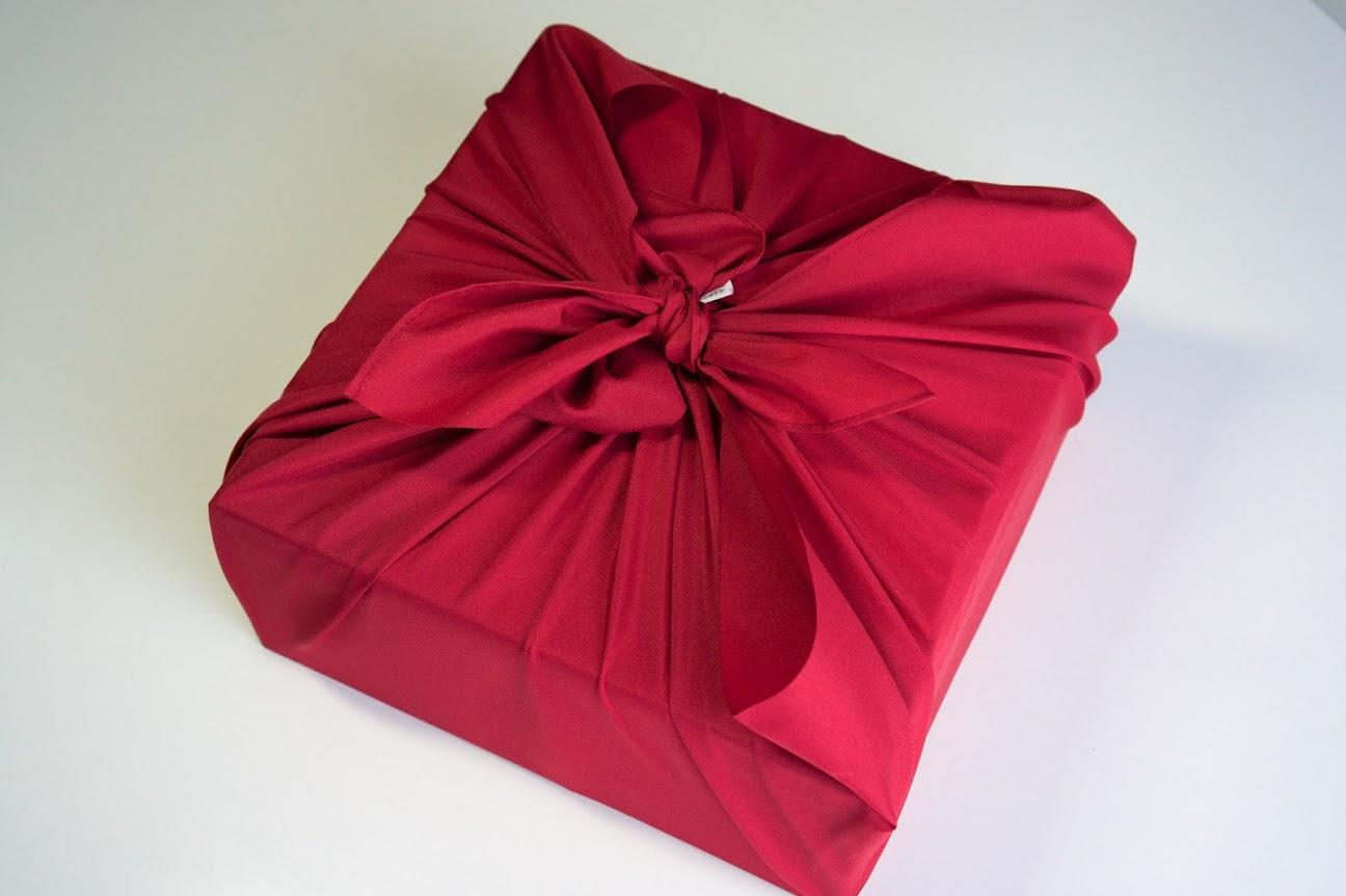 おせちを包む赤い風呂敷