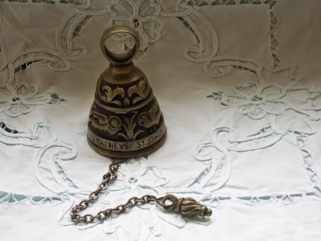 Cloche clochette de table bronze a suspendre chaine for Table en chaine