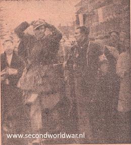 Een duitse soldaat wordt opgebracht door een lid van de binnenlandse strijdkrachten. Bevrijding van Twente.