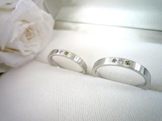 オーダーした結婚指輪(マリッジリング)に配した二人の誕生石とダイヤモンド。