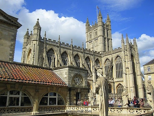 После ухода римлян из Великобритании остатки римских бань были разрушены в шестом веке