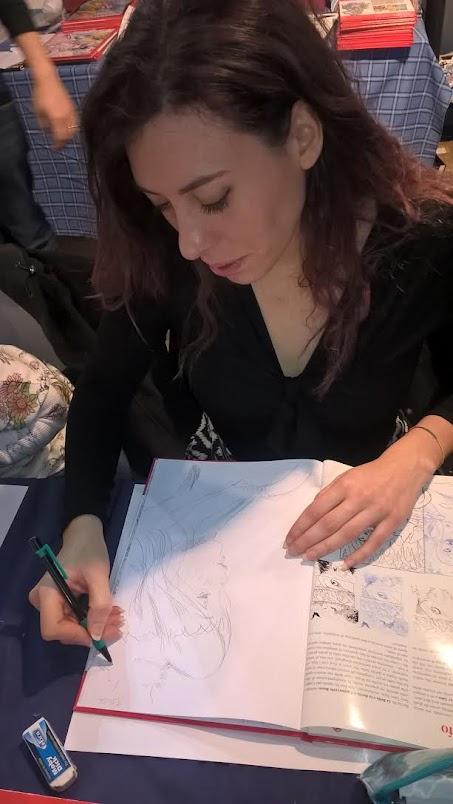 Tiziana De Piero mentre ci dedica un disegno