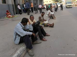Des fonctionnaires des secteurs d'enseignement attendant leur salaire sur une avenue le 20/06/2013 en face de la banque dans la commune de la Gombe à Kinshasa. Photo Don John Bompengo