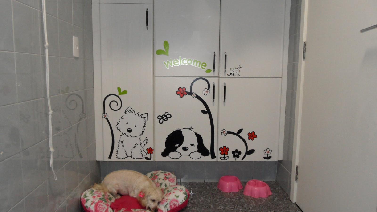 banheiro que tinha uma moldura larga branca foi decorado com flores  #8E3D50 1600x900 Banheiro Azulejo Decorado