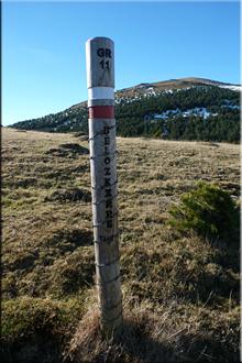 Poste del GR-11, al fondo Kakueta