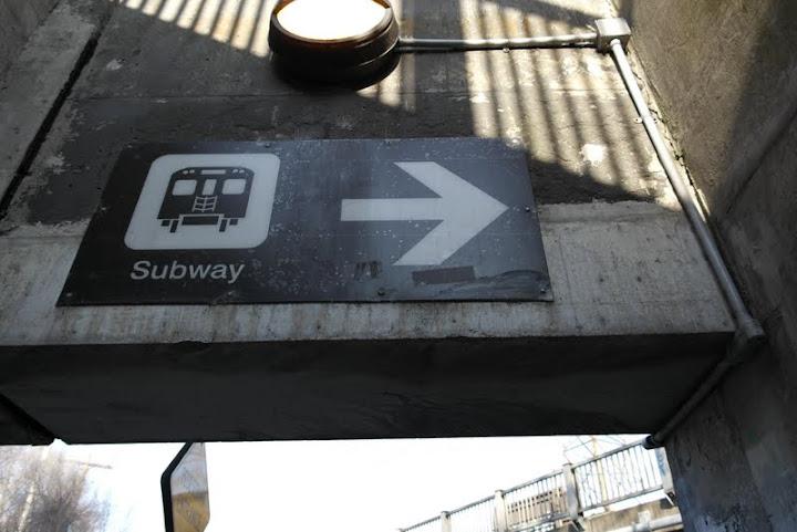 Схема метро на стене вагона.