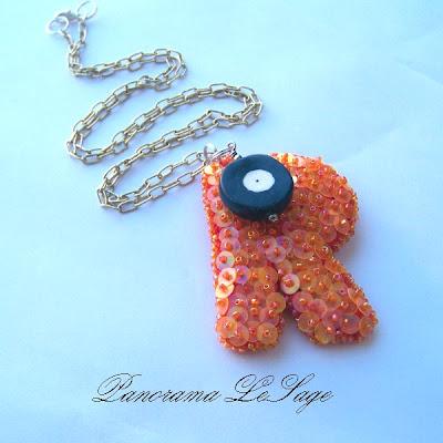 Cekiny wisiory szydełkowe z cekinami na długim łańcuchu Panorama LeSage biżuteria szydełkowa artystyczna haft koralikowy