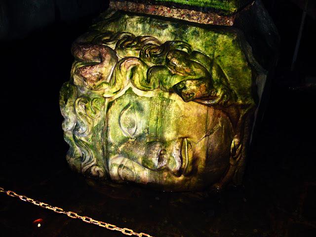 Cabeza de Medusa na Cisterna da Basílica