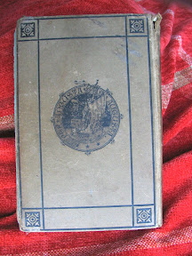 Contratapa con diseño geométrico y sello central con nave de remos y lema.