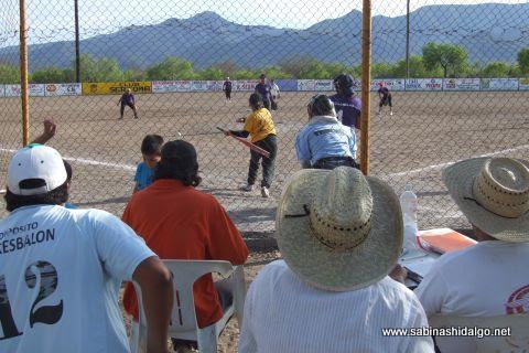 Juego de softbol femenil en el Club Sertoma