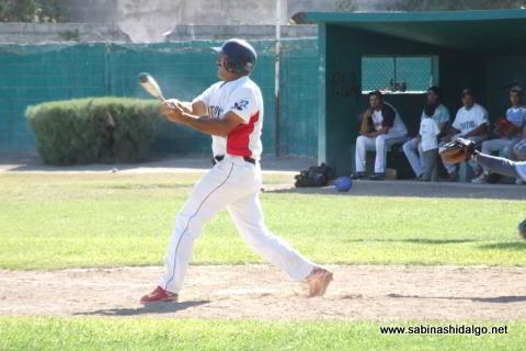 Pablo Omar Buentello bateando por Mineros de Vallecillo en el beisbol municipal