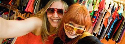 Bruselas Valonia: chicas haciendo shopping probandose gafas de sol