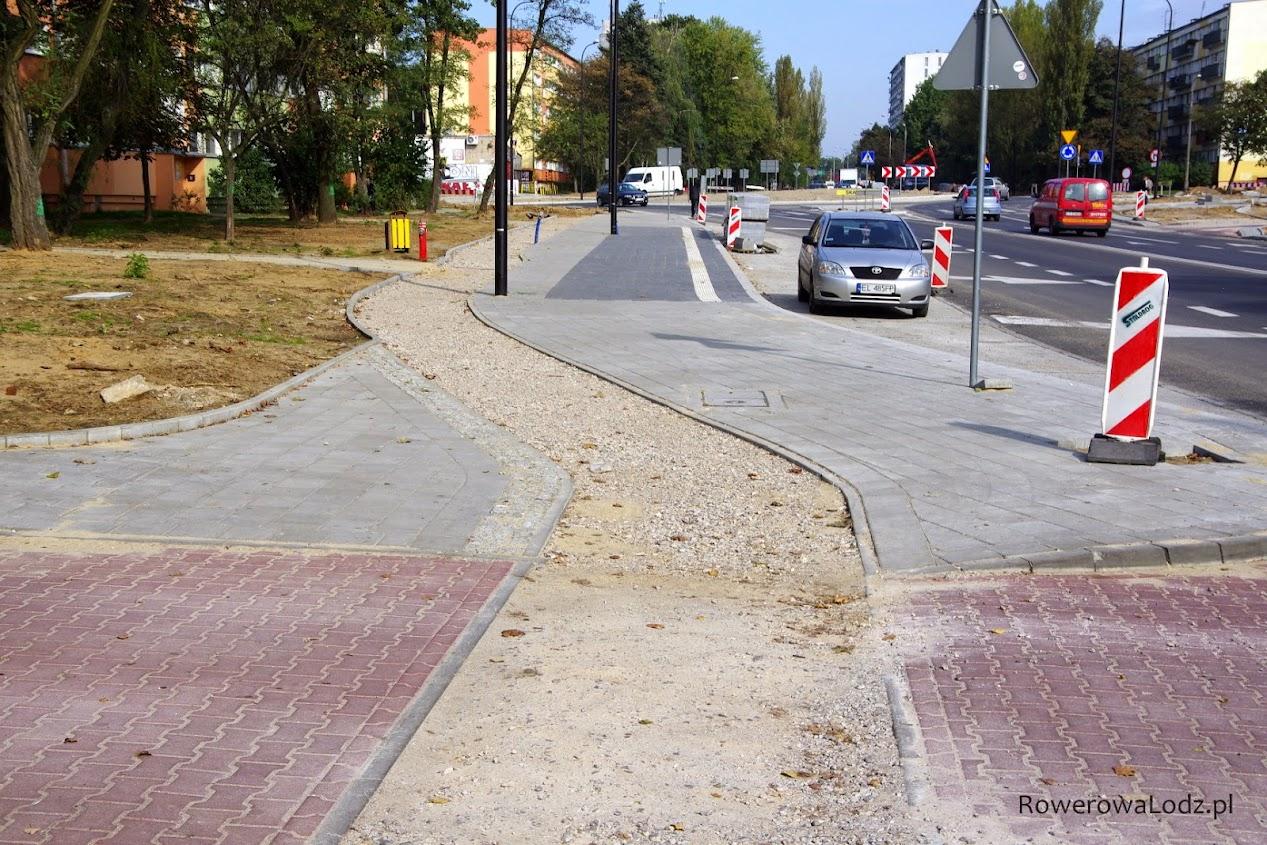 Jednokierunkowa rowerówka po zachodniej stronie ulicy Traktorowej. Jest ciągłość nawierzchni.