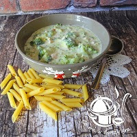 makaron z sosem brokułowym i szynką