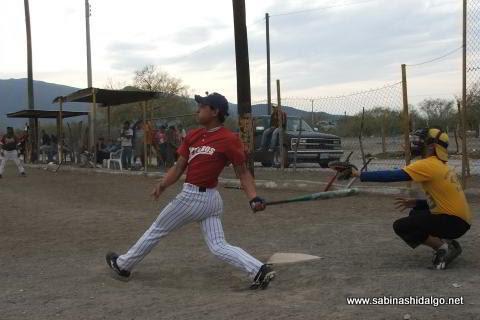 Juan Luis Rivera bateando por Perrones en el softbol del Club Sertoma
