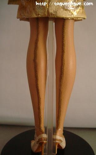 Barbie Silkstone Je ne sais quoi: vista posterior de las piernas, donde se ve la costura de las medias
