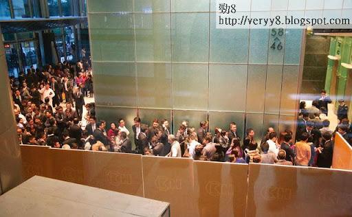 長實本週一中午突然宣布出售葵湧雍澄軒的酒店房間,中環長江中心變成散貨場,逼爆經紀、買家,首批六十五個單位即日沽清。(張國慶攝)