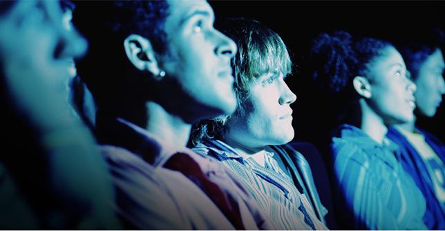 Espectadores escuchando una película con el sonido Atmos