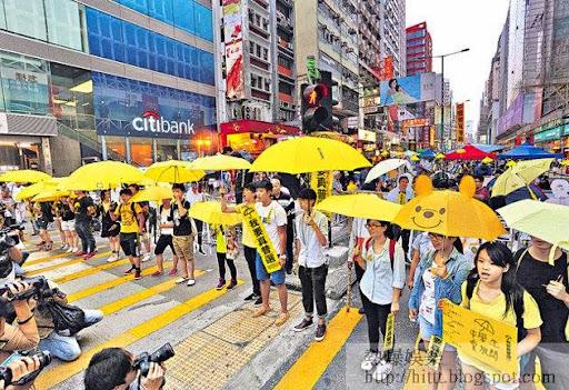 支持佔領的中學生昨發起快閃舉傘行動,到旺角等各個示威區高舉黃傘。  (林宇翔攝)