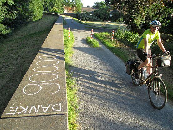 Der 90.000. Touren-Kilometer von Chris on the Bike auf dem Rhein-Damm in Köln-Merkenich (Koordinaten: N 51.023527, E 6.961727)