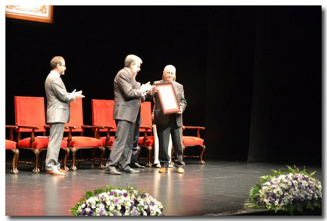 Recibe su diploma acreditativo de manos del alcalde, Francisco Sánchez Moreno.
